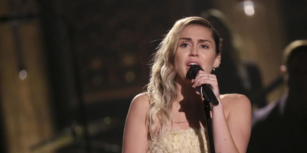 Miley Cyrus y Adam Sandler versionan a Dido en homenaje a las víctimas de Las Vegas