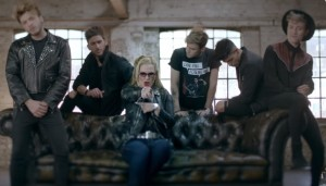 Mirá 'Who's Loving You? el video de Auryn junto a Anastacia