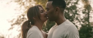 John Legend protagoniza con su familia el video de 'Love Me Now'